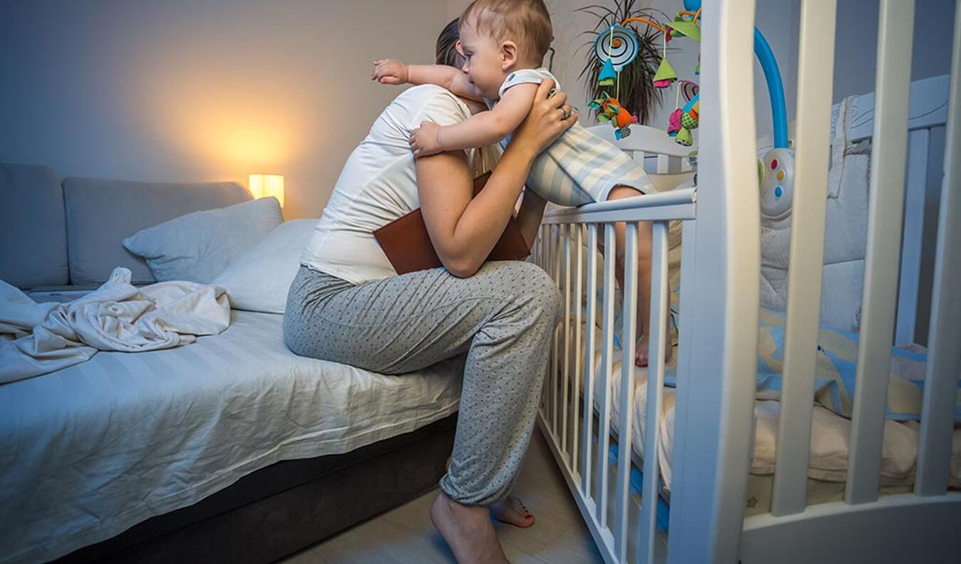 Είναι φυσιολογικό τα μωρά να ξυπνάνε τη νύχτα